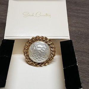 VTG Sarah Coventry brooch w/gold tone & white